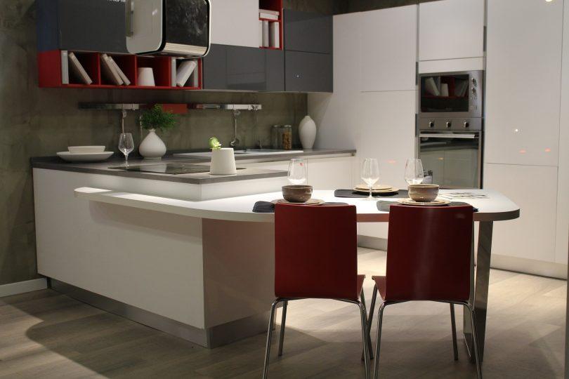 Moderne Küche mit Verlängerung, zwei rote Stühle