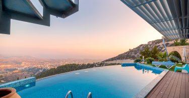 Swimmingpool auf Terrasse mit Blick auf die Stadt