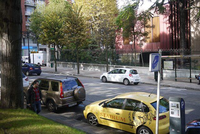 Strasse mit Parkmöglichkeit in blauer Zone und mehrere geparkte Autos