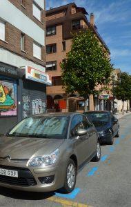 graues Auto in blauer Zone geparkt