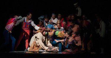 Bühne eines Theaters auf der das Ende von Don Quijote interpretiert wird