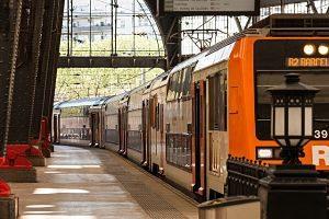 Leerer Bahnsteig eines orangenen Rodiales Zuges der nach Barcelona fährt