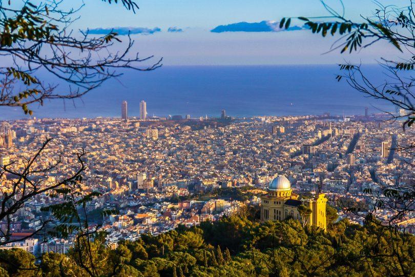 Aussicht auf Barcelona und das Meer vom Collserola Gebirge aus gesehen