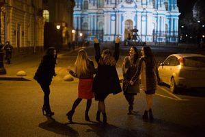 Fünf Frauen die auf der Strasse Tanzen und lachen