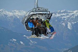 Wagon eines Skilifts voll mit Personen