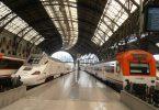 Hauptbahnhof in Barcelona mit zwei Renfe Zügen, einer weiss grau und einer weiss orange
