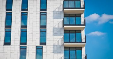 Teil eines weissen Hochhauses mit Balkonen