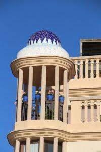Turmartige Terrasse eines Hauses mit blau-weisen Mosaiken auf dem Dach