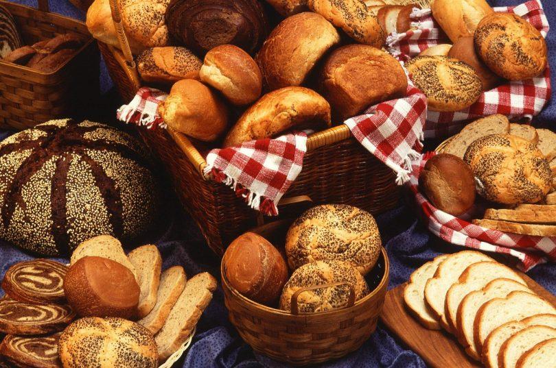 mehrere Brotkörbe gefüllt mit den verschiedensten Brotsorten: Semmel, Baguet, Mohnbrötchen, Laugensemmel...