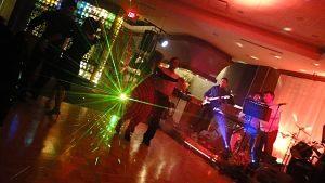 zwei Pärchen die in einer Disco auf der Tanzfläche zu Livemusik tanzen