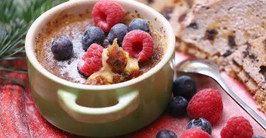 Mini Keramiktopf mit Crema Katalane und roten Früchten darauf und daneben
