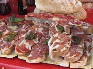 Dicke Brotscheiben belegt mit Tomate und Schinken