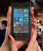 zwei Frauenhände die ein Mobiltelefon der Marke Nokia halten