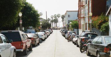 Lange Strasse die links und rechts vollgeparkt ist