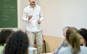 neeting in einer Universität um interessierte Studenten für eine Startup zu kontratieren