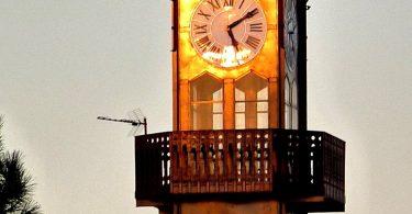Turmuhr der Stadthalle in Poblenou bei Sonnenuntergang