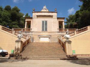 die Treppen zum Eingang des Schlosses von Horta