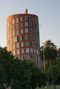 rundes Hochhaus mit Fenster rund herum situiert in der Vila Olympia