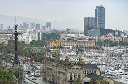 ausschnitt der Stadt Barcelona mit der Kolumbusstatue in Richtung Meer zeigend
