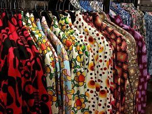 ein Stand voller Vintage Hemden, jedes auf seinem eigenem Kleiderbügel