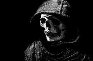ein Schädel mit einem schwarzen Umhang und Kapuze