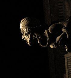 menschlicher Wasserspeier eines Gebäudes in Barcelona bei nacht