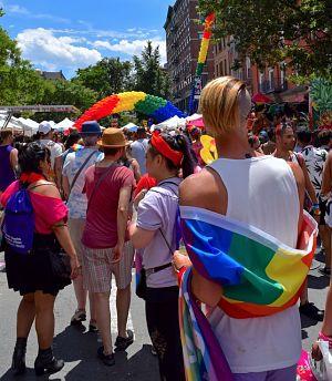 viele Menschen auf einer Strasse mit den symbolischen bunten Flaggen und luftbalongs die um mehr Toleranz für das kollektiv auf friedliche weise demonstrieren