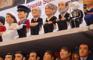 verschiedenen Berühmtheiten die als caganer dargestellt sind und in einem Regal eines Ladens stehen