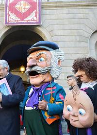 der Nasenmann am Silverstertag vor dem Rathaus, es ist eine Person die einen großen Dickkopf auf dem kopf trägt, ein älterer Mann mit weisen haaren und Schnurrbart, er trägt ein Lianes Tuch um den Hals und eine blaue Jacke und eine blaue Mütze