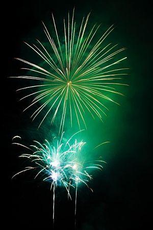 grünes Feuerwerk am Nachthimmel