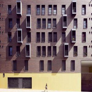 ein sozialer Wohnungsbau im Viertel Vallecarca, Roldán und Berengué Architekten haben dieses Wohnhaus mit 42 Wohneinheiten entworfen. Seine Farben und Textur setzen sich zusammen aus einer Palette von dunkelbraun bis gelb