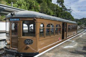 ein alter S-Bahnwagon mit der Nummer 301 und über der Tür steht Sarria, er ist hellbraun und scheint betriebsbereit