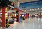 die Halle eines Flughafens und der sich zahlreiche Duty Free Läden aneinander reihen