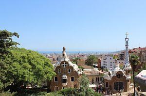 klare Aussicht auf den Park Güell und darüber hinaus auf Barcelona und das Meer an einem sonnigen Tag mit hellblauem Himmel