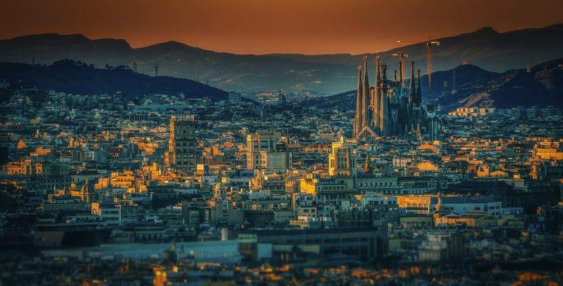 panoramafoto von Barcelona bei Dämmerung rechts im Bild ist die Sagrada Familia zu sehen
