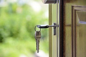 eine offene Haustür an der ein Schlüsselbund hängt