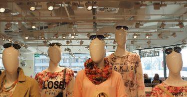 fans Schaufensterpupen die zusammen stehen alle in Pastel Farben gekleidet und mit einer Sonnenbrille auf dem Kopf