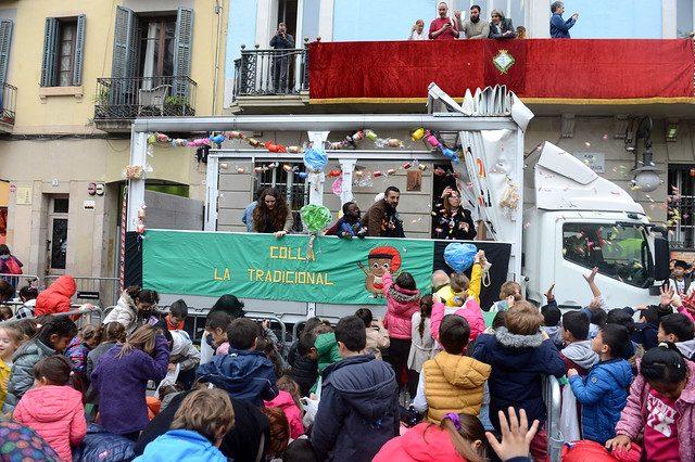 eine Karosse einer traditionellen Colle die durch die Straße fährt und Süßigkeiten an das Publikum verteilt
