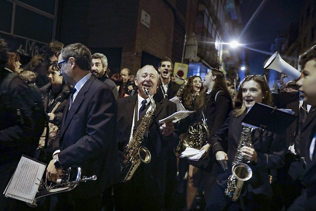 die Musiker in blauen Anzügen auf dem Straßenumzug des festival Sant Medir in Garcia