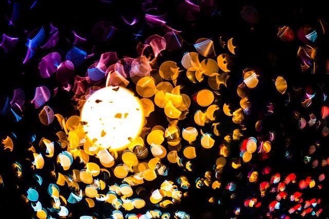 runde farbige Spiegelungen vor einem Scheinwerfer bei Nacht