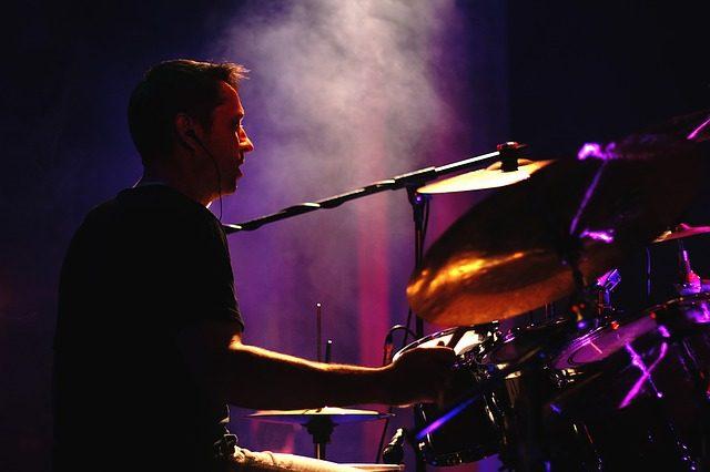 Mann der auf der Bühne Schlagzeug spielt