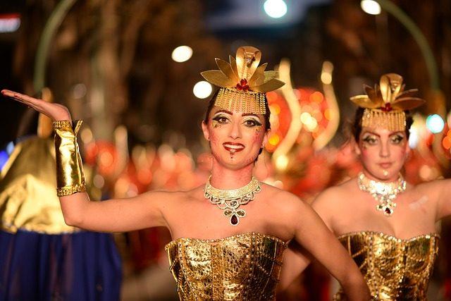 eine ägyptisch verkleidete junge Frau die auf einem Faschingsumzug tanzt