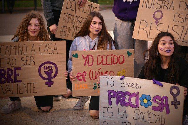 Weltfrauentag in Barcelona junge Mädchen die verschiedenen Schilder mit Forderungen halten