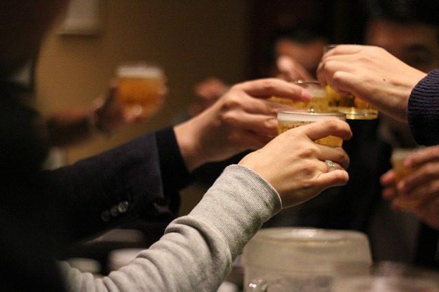 mehrere Personen die mit Bier anstoßen