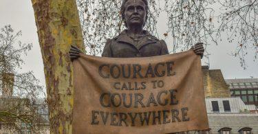 eine Statue der Feministin Millicent Fawcett die ein Schild hält auf dem steht Courage calls to Courage everywhere