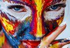 das Gesicht einer Frau Complete bemalt mit bunten knalligen farben