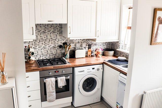 eine kleine weiße Küche mit Waschmaschine