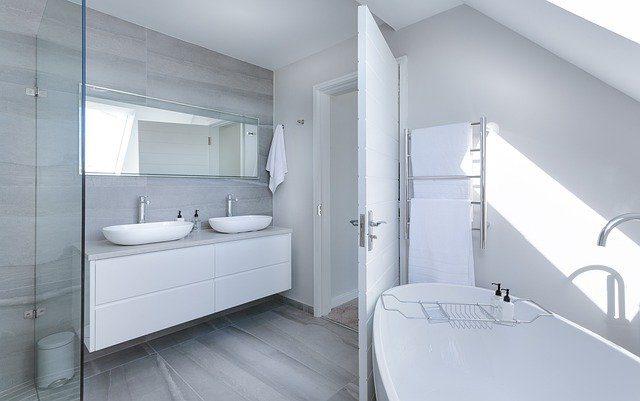 ein weißes Badezimmer mit Badewanne und zwei Waschbecken