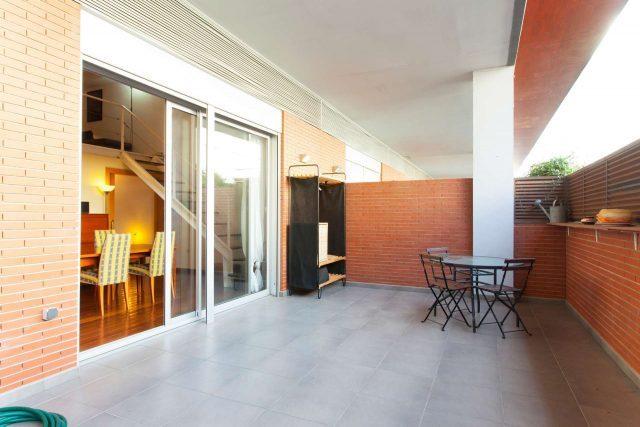 Wohnung zu vermieten in La Barceloneta, zu sehen ist seine große Terrasse mit grauem Mamorboden