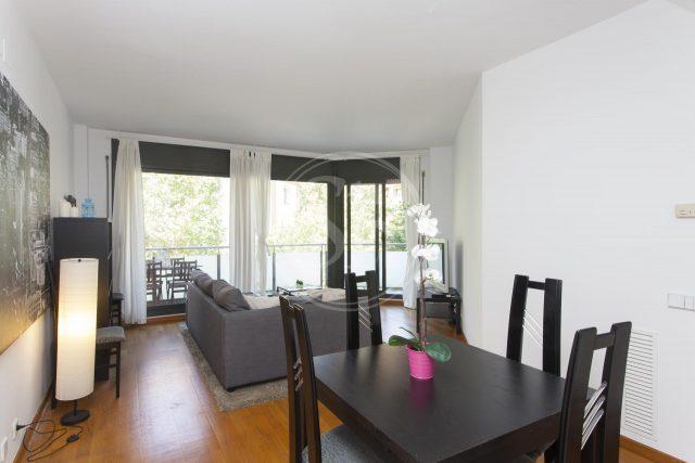 Wohnung zu vermieten im Viertel Sagrada Familie, zu sehen ist das Ess-Wohnzimmer